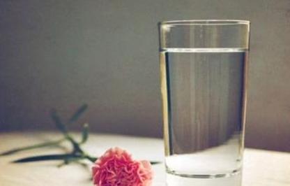 膨化食品厂家提醒你睡前喝水第二天为什么水肿